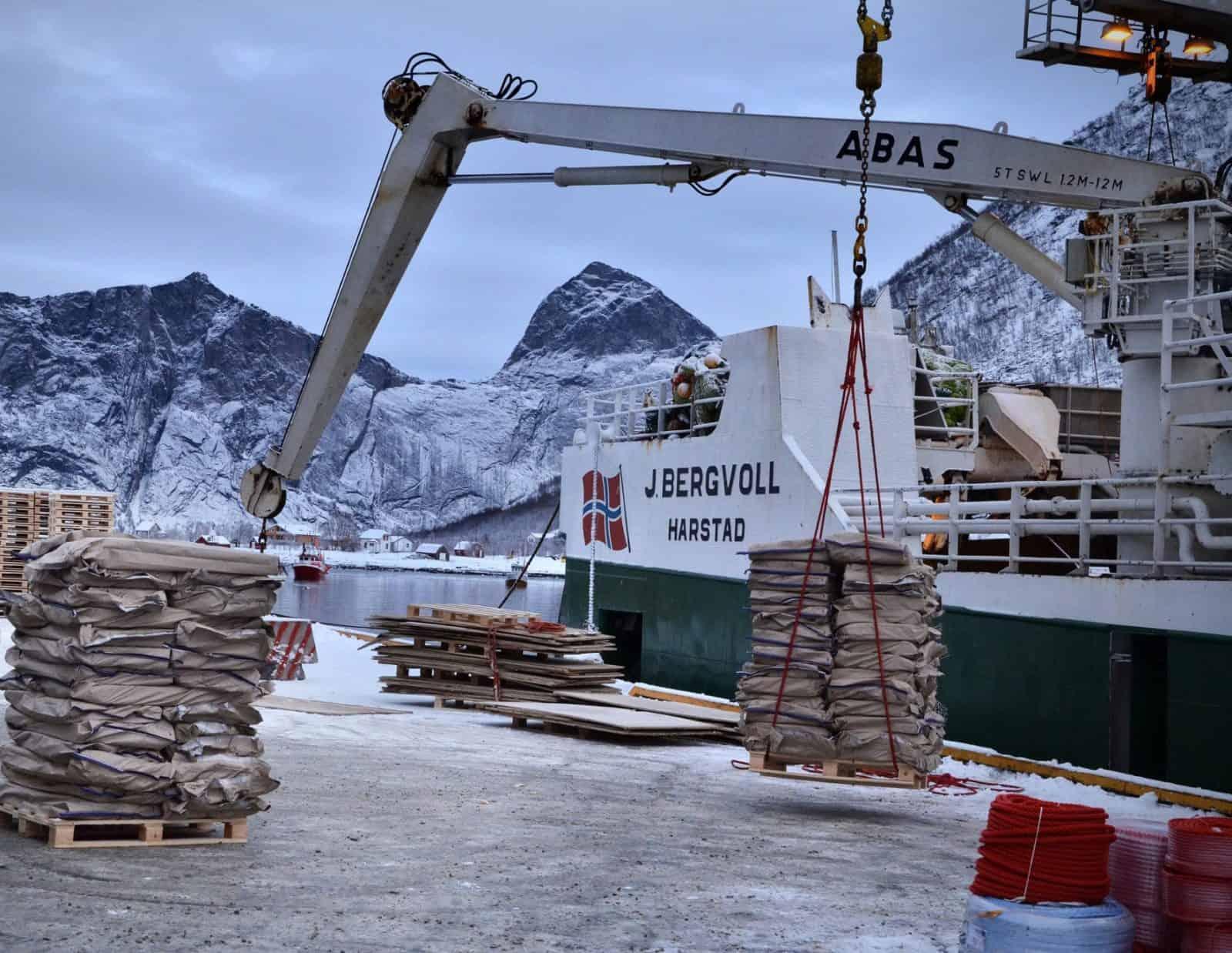 Frossen fisk blir losset av Nergårds tråler J. Bergvoll
