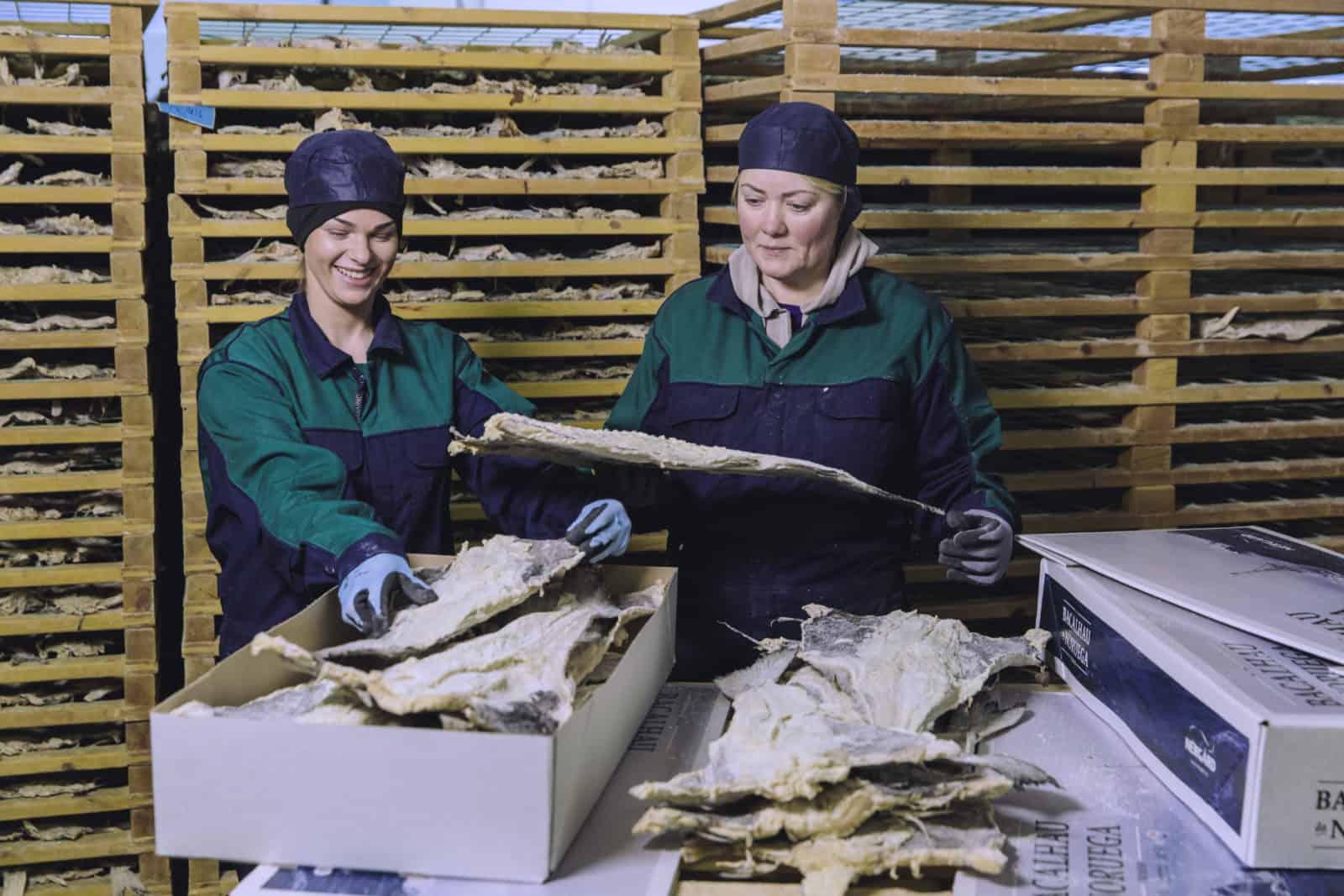 Saltet klippfisk blir pakket i esker hos Nergård